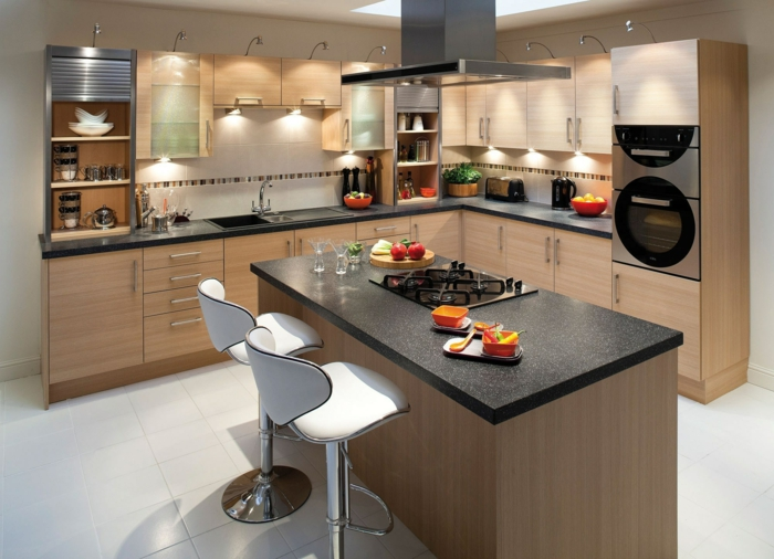 meuble angle cuisine, meuble de rangement cuisine, îlot central en taupe et noir, carrelage blanc, deux tabourets de bar, rangement placard cuisine optimisé au maximum