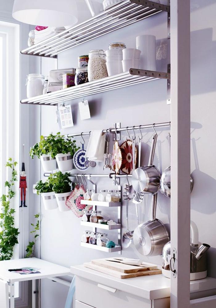 rangement placard, meuble cuisine rangement, étagères en métal couleur argent, casseroles et poêles suspendues, cuisine bien organisée