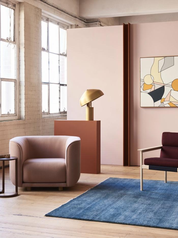 canapé rose pastel, tapis bleu, chaise en tissu et bois, amenagement salon design féminin