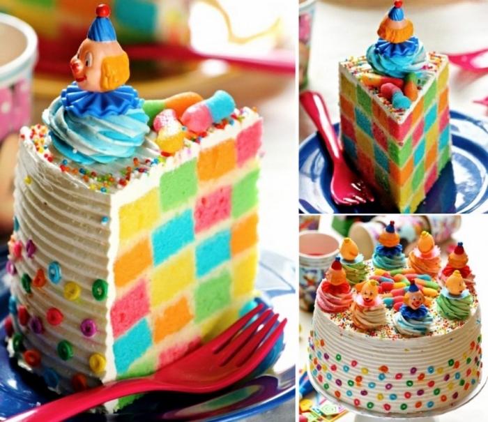 une version multicolore du gateau cake damier, décoré avec des petites figurines de clown