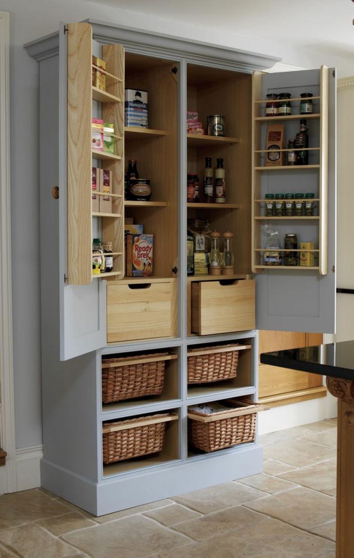 rangement placard, amenagement de placard, amenagement placard cuisine, meuble cuisine rangement, placard style armoire vintage peinte en bleu pastel