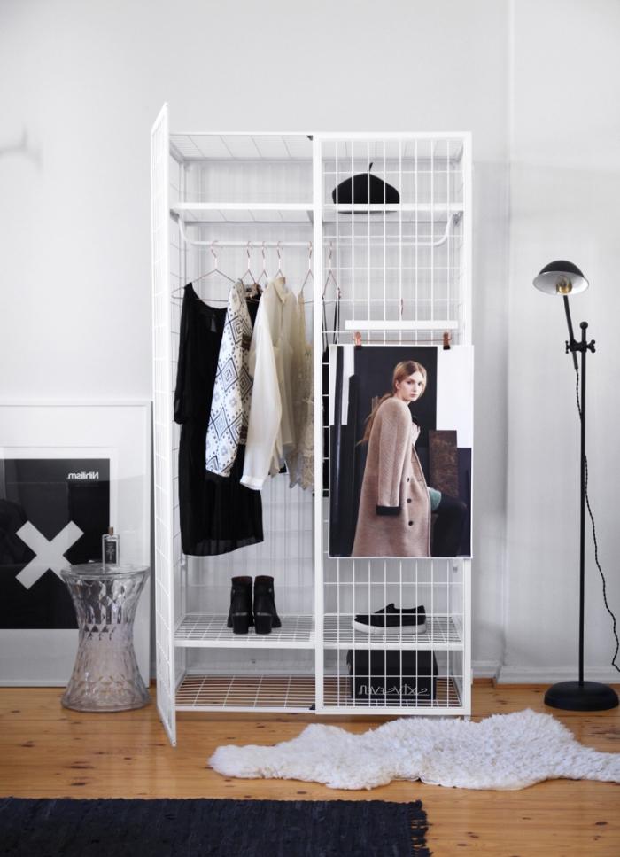 une armoire grillagée blanche avec penderie et espace pour ranger ses chayssures, ikea meuble chaussures tendance pour la chambre à coucher