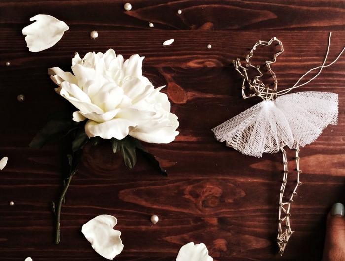 modèle de panneau en bois foncé décoré avec fleure et perles blanches, création ballerine en fil blanc et tulle