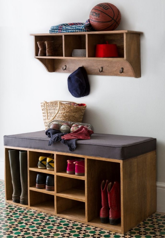 un banc a chaussure vintage avec casiers de rangement de tailles différentes et à l'assise matelassée