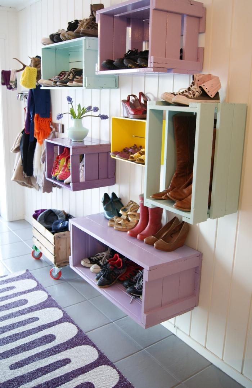 que faire avec de vieilles caisses en bois, un meuble pour chaussures mural fabriqué à partir d'une caisse en vois récup