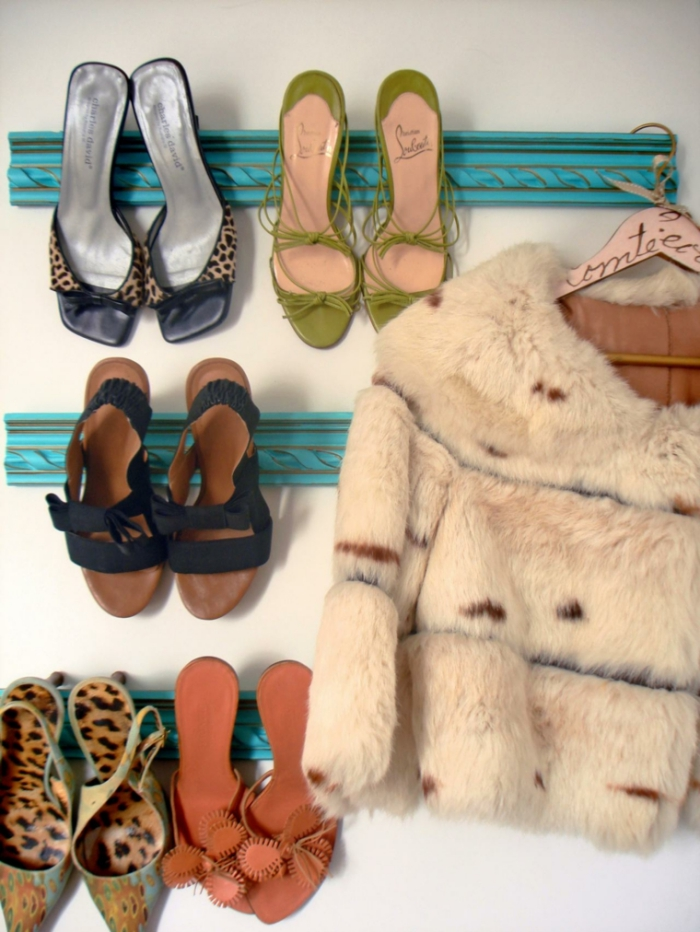 des moulures patinées bleu turquoise détournées en étagère à chaussures murales