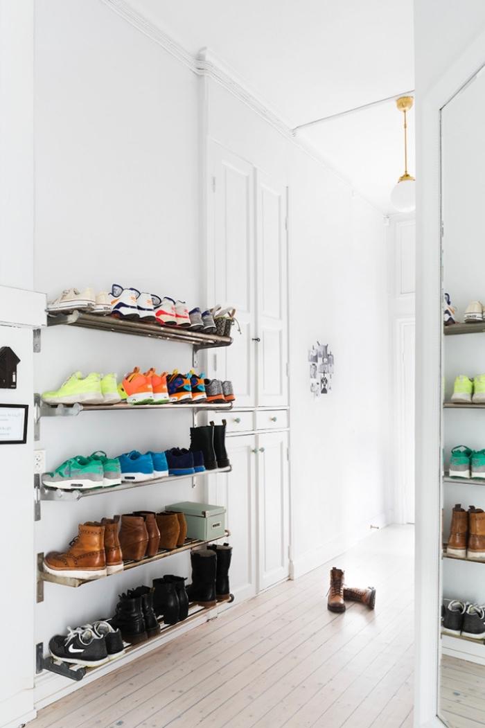 une étagère à chaussures en métal fixée au mur pour ranger ses chaussures et les avoir toujours à sa portée