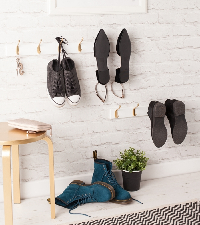 idee rangement chaussure pour gagner de la place dans l'entrée, suspendre ses chaussures à des patères murales