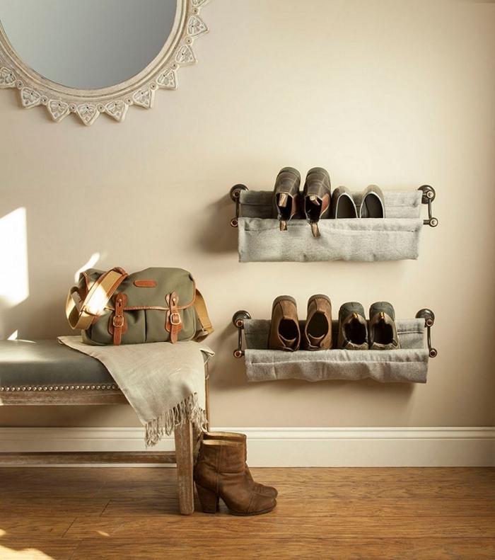 étagère à chaussures murale d'esprit industriel fabriquée en tuyaux de plomberie récup et en tissu