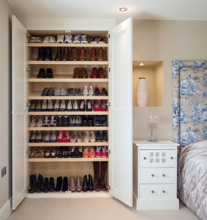 un meuble pour chaussures fonctionnel avec deux portes et plusieurs étagères, idéal pour un chambre parental