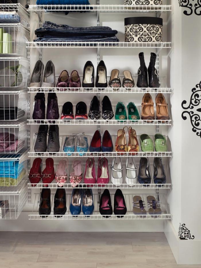 des paniers et des étagères métalliques pour système suspendu, idee rangement chaussure pour gagner de la place