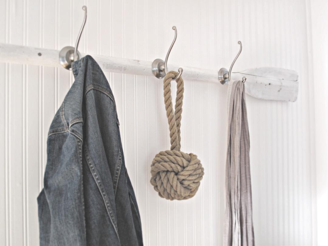 exemple de porte manteau mural bois, aviron blanc et des accroches metalliques, mur en lambris blanc, vetements et accessoires rangement