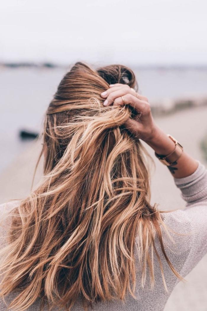 coupe de cheveux longs et raids de couleur châtain foncé avec pointes et racines éclaircies de nuance caramel