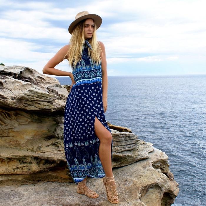 idée robe de plage femme aux couleurs marines bleu clair et foncé à design motifs aquatique, modèle de sandales beige avec lacets