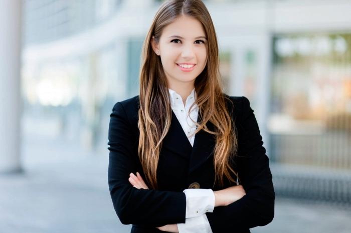 tenue blanc et noir pour un look business, s'habiller en tailleur noir combiné avec chemise blanche pour un entretien d'embauche femme
