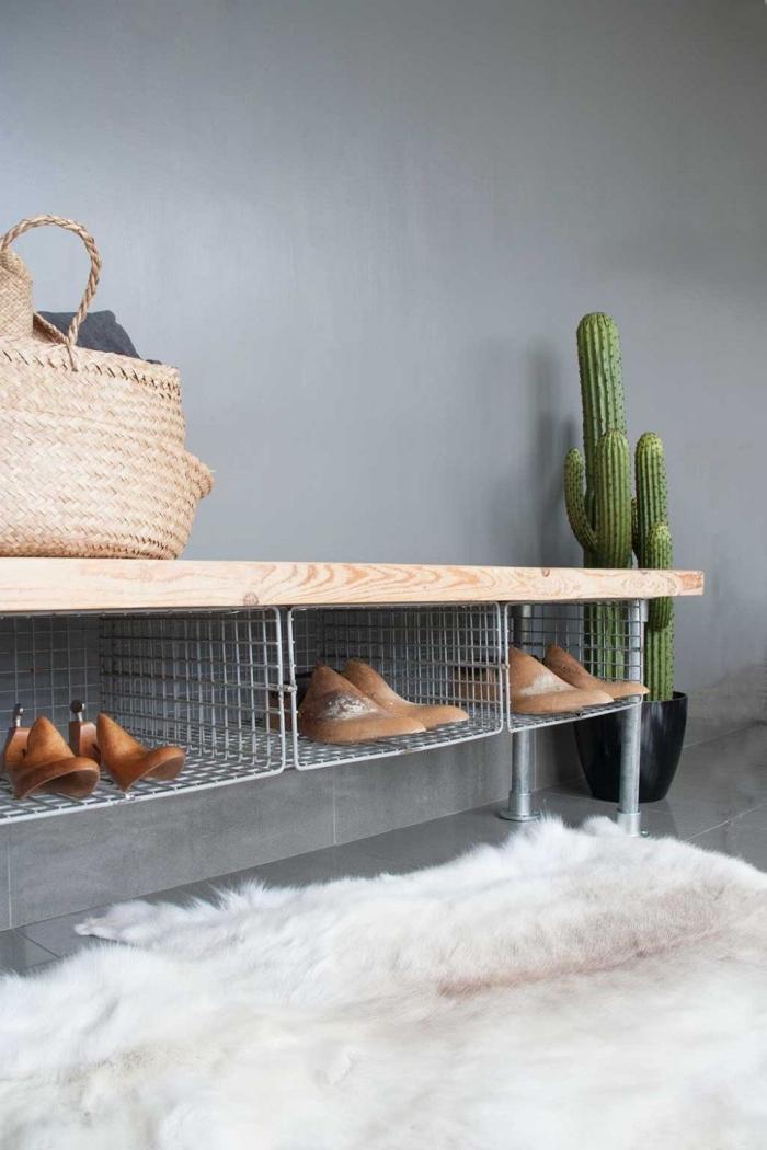 un banc a chaussure d'esprit industriel avec un siège en bois et des casiers métalliques