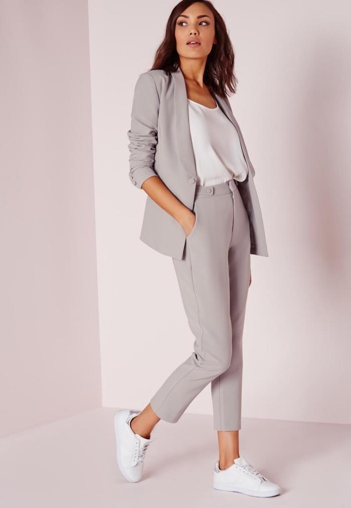 tailleur gris pastel porté avec blouse et baskets blancs pour une tenue décontractée chic femme en couleurs neutres