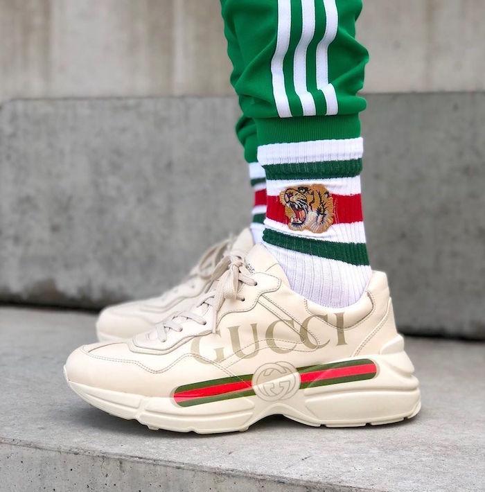 top basket homme 2018 avec Gucci Rhyton beige gros logo chaussettes tigre gucci et survet adidas vert rétro
