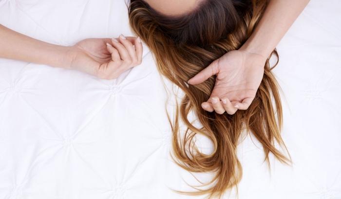 exemple de cheveux longs et sains de couleur de base châtain foncé avec pointes naturellement éclaircies