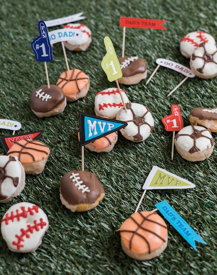 idée cadeau fête des pères à fabriquer ou plutôt à cuisiner, des beignets décor chocolat motif sport préféré, football
