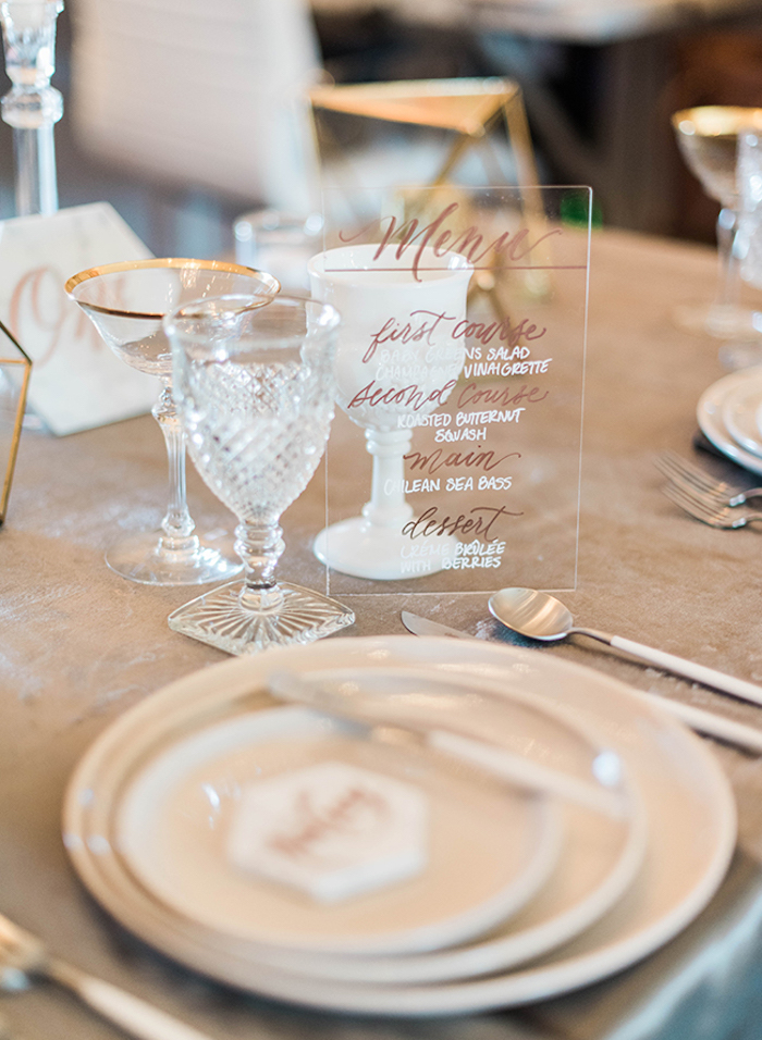 Thème mariage décoration de table mariage idée femme déco simple menu mariage transparent