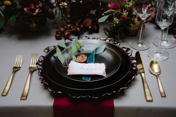 Deco table mariage champetre décoration de table mariage idée chouette déco assiette marque place belle déco en rouge et doré mariage