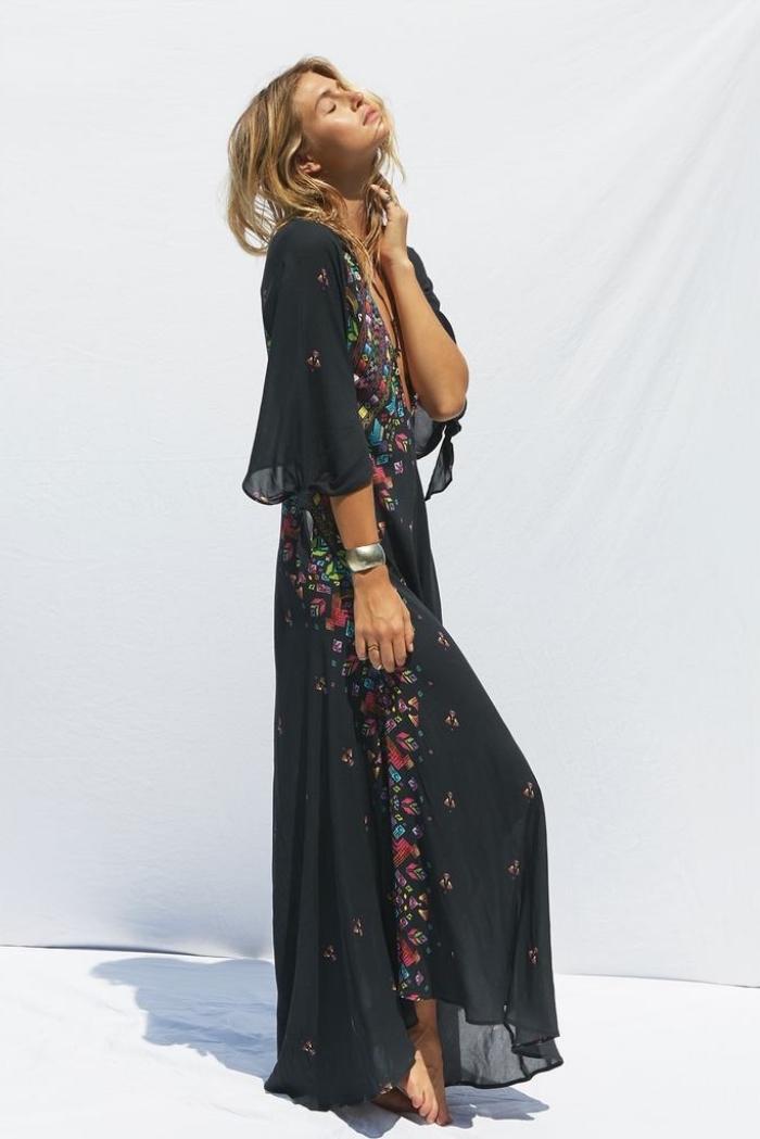 modèle de robe longue été de couleur noire avec manches mi longue et décoration florale, accessoire été bracelet argent