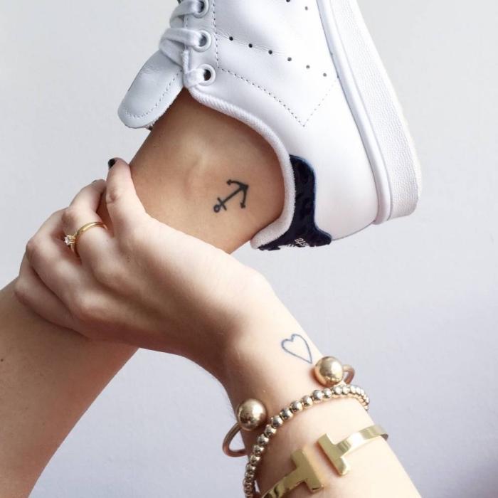 exemple de tatouage femme discret avec un petit ancre sur la cheville et un coeur aux lignes épurées sur le poignet