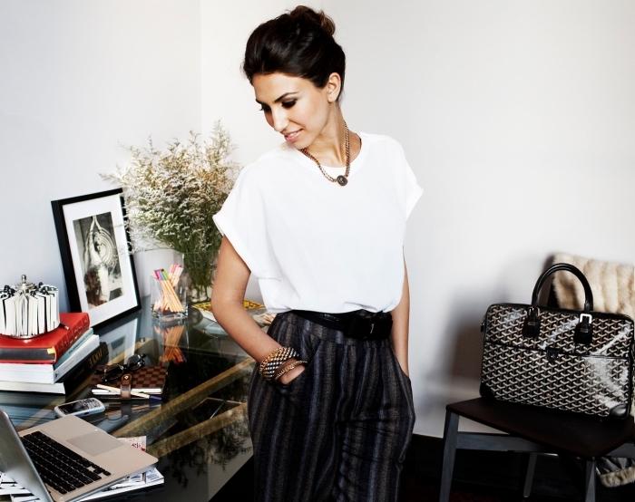 look professionnel avec pantalon fluide à design rayé accessoirisé avec ceinture cuir noir et combiné avec chemise blanche