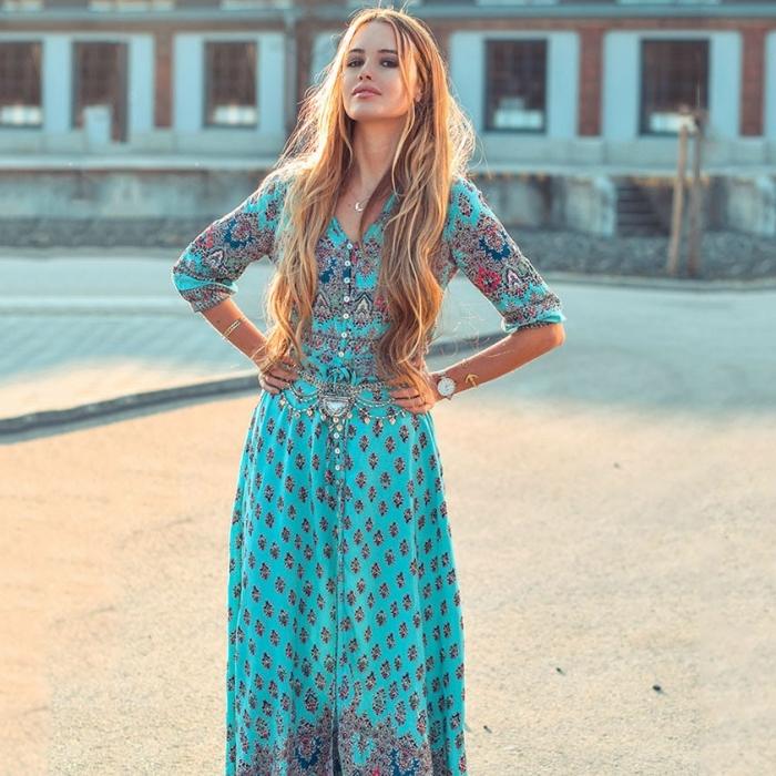 vision boho chic gypsy avec une robe longue turquoise aux motifs ethniques et ceinture gypsy en argent