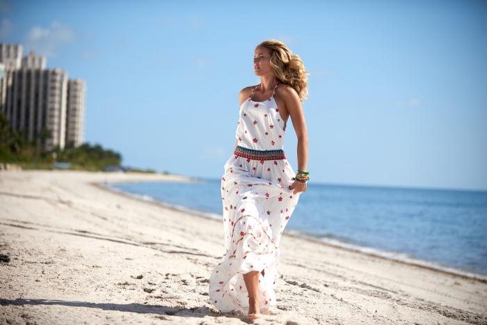 modèle de robe d'été confortable et longue pour plage de couleur blanche avec bretelle et décoration en fleurs rouges