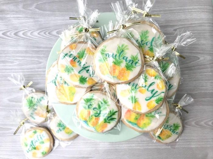 biscuits personnalisés avec prénom invité et motif ananas, porte nom de table original a faire soi meme