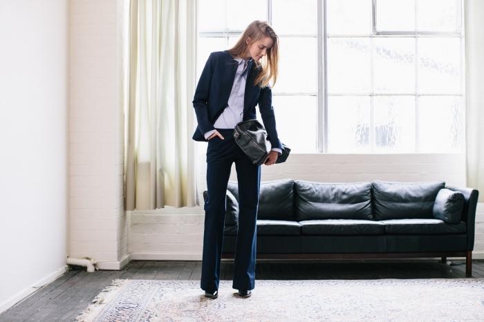 quels accessoires choisir à combiner avec une tenue entretien d embauche femme en couleur bleu foncé et chemise violet pastel