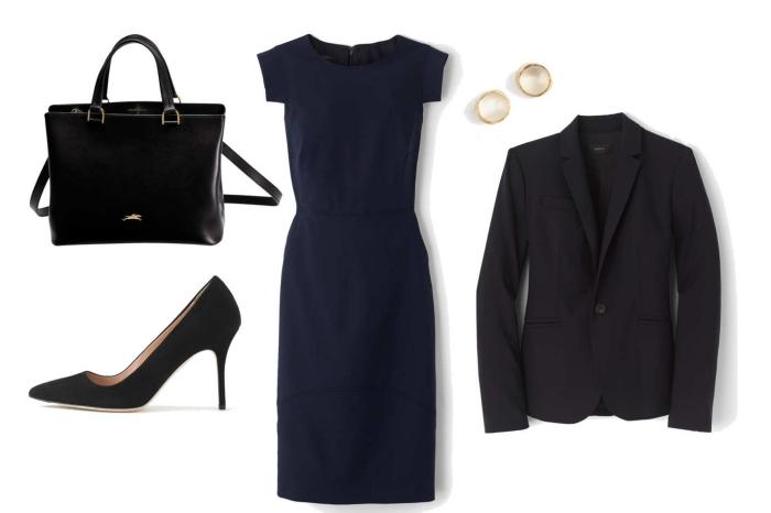 exemple de tenue professionnelle femme avec robe bleu foncé à longueur genoux et blazer noir combinés avec chaussures et sac à main foncés