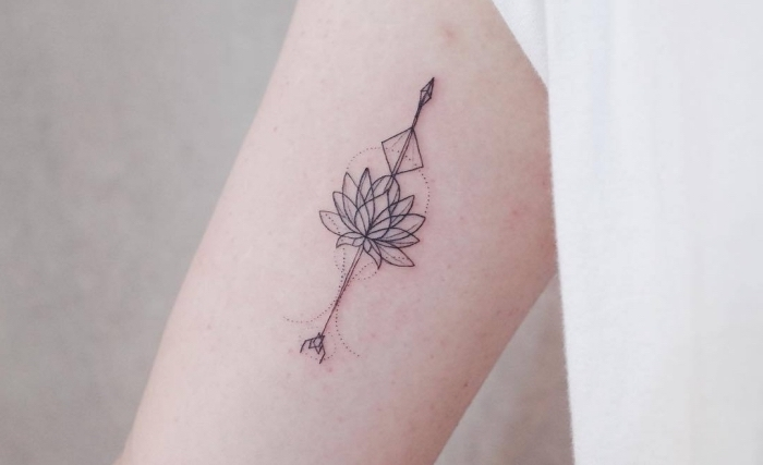 exemple de petit tatouage femme à design minimaliste avec mini dessin en encre aux motifs floraux et géométriques