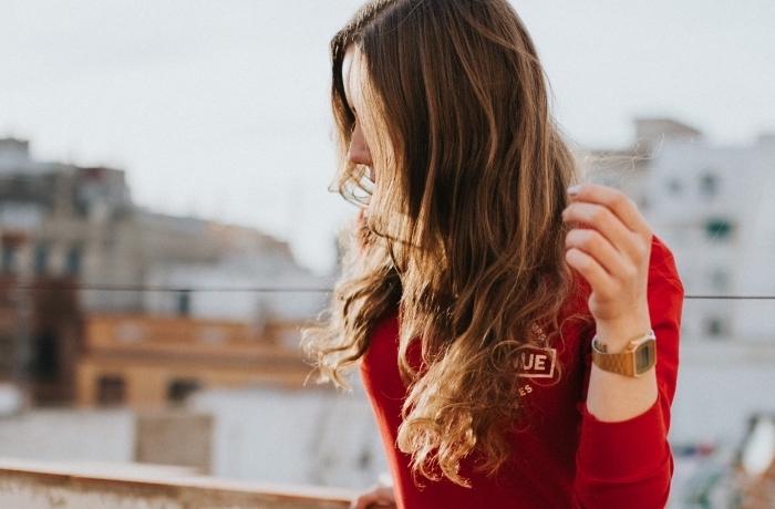 coiffure de cheveux longs aux pointes bouclés éclaircies et racines de couleur châtain foncé, idée pour eclaircir cheveux brun à la maison