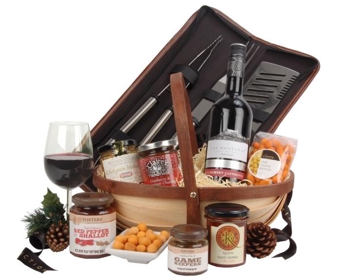 panier beige avec bouteille de vin et un set d'ustensiles pour grille comme une idée cadeau pour son père