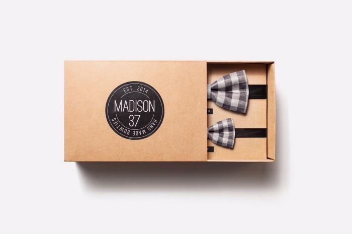 exemple de cadeau pour homme avec set de noeud papillon à design carré de couleur gris clair et foncé