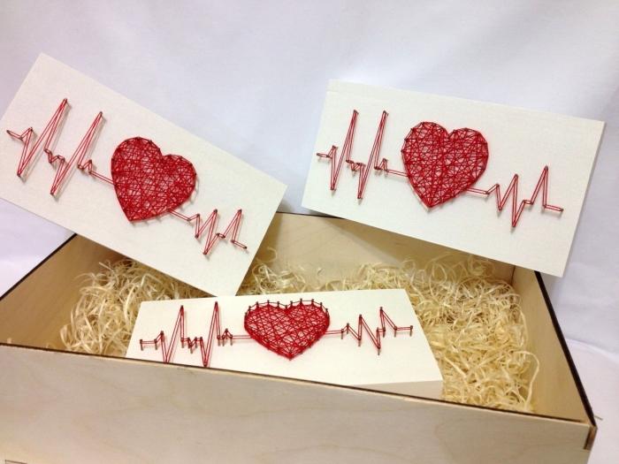 idée emballage cadeau en boîte de bois clair, modèle de boîte fait main en carton blanc et fil rouge en forme de coeur