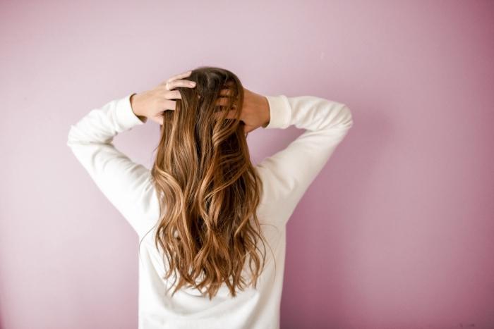 idée comment éclaircir ses cheveux naturellement avec produits comme citron cannelle ou camomille, coupe de cheveux longs et bouclés