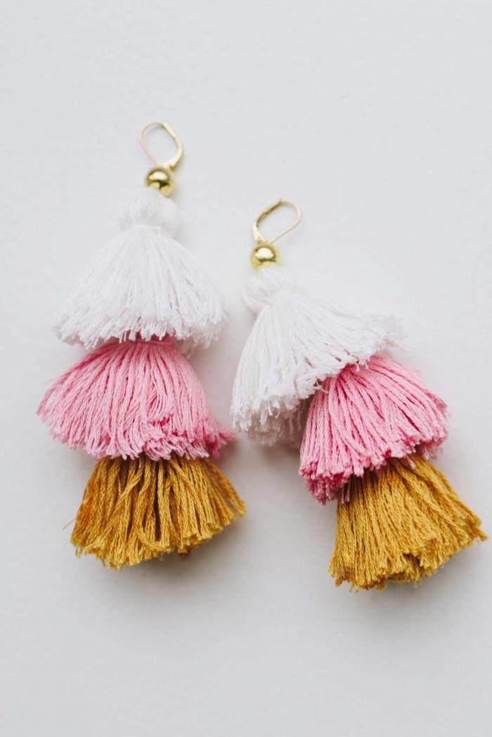 fabriquer des boucles d'oreilles bohème chic en houppes colorées, idée cadeau fête des mères a fabriquer-soi-même