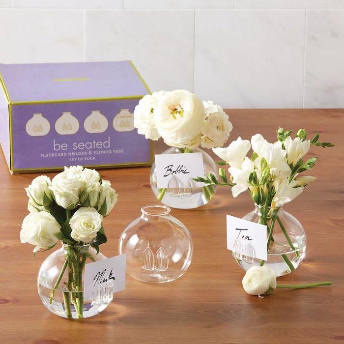 vase boule avec bouquet de fleurs blanches et étiquette blanche prénom invité, décor mariage champetre chic