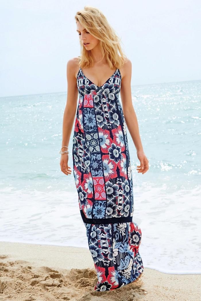 idée comment s'habiller confortable avec une robe longue de plage aux motifs fleurs de couleur bleu marine et rouge