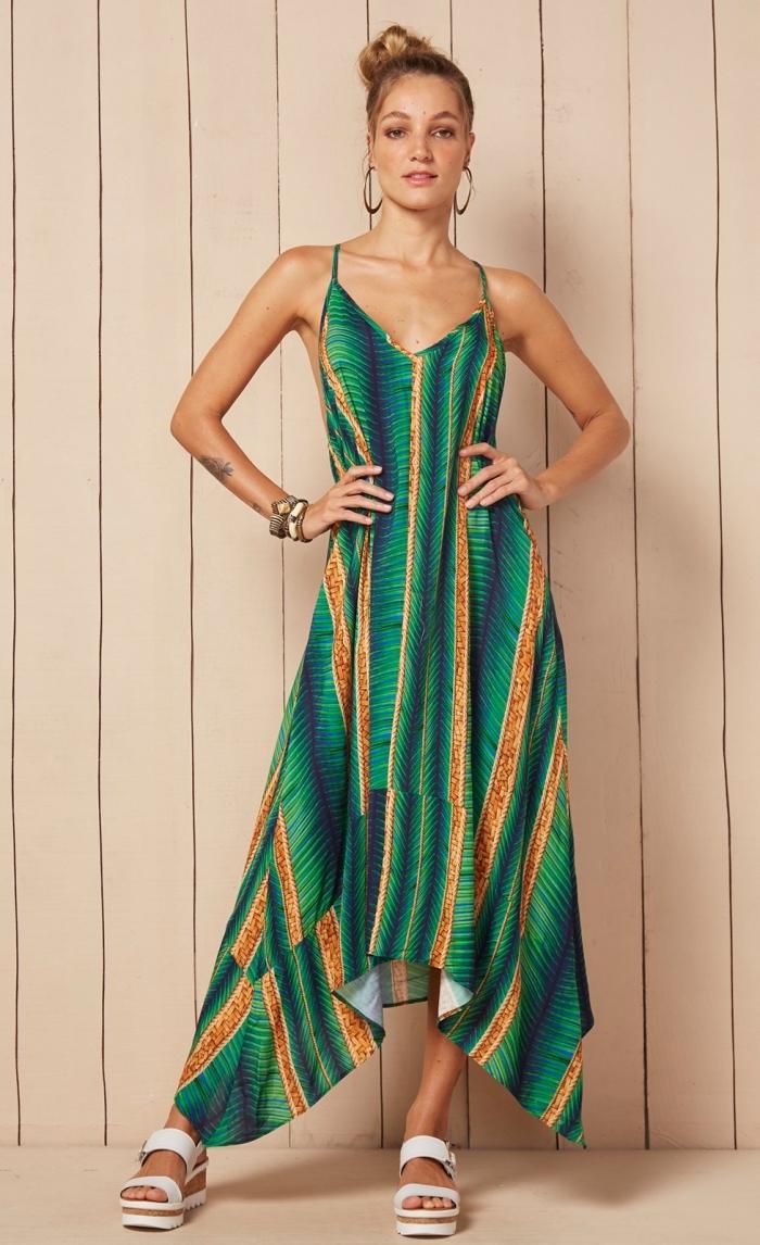 modèle de robe longue fluide pour été aux couleurs vert et orange à design tropical combinée avec sandales plateforme blanche