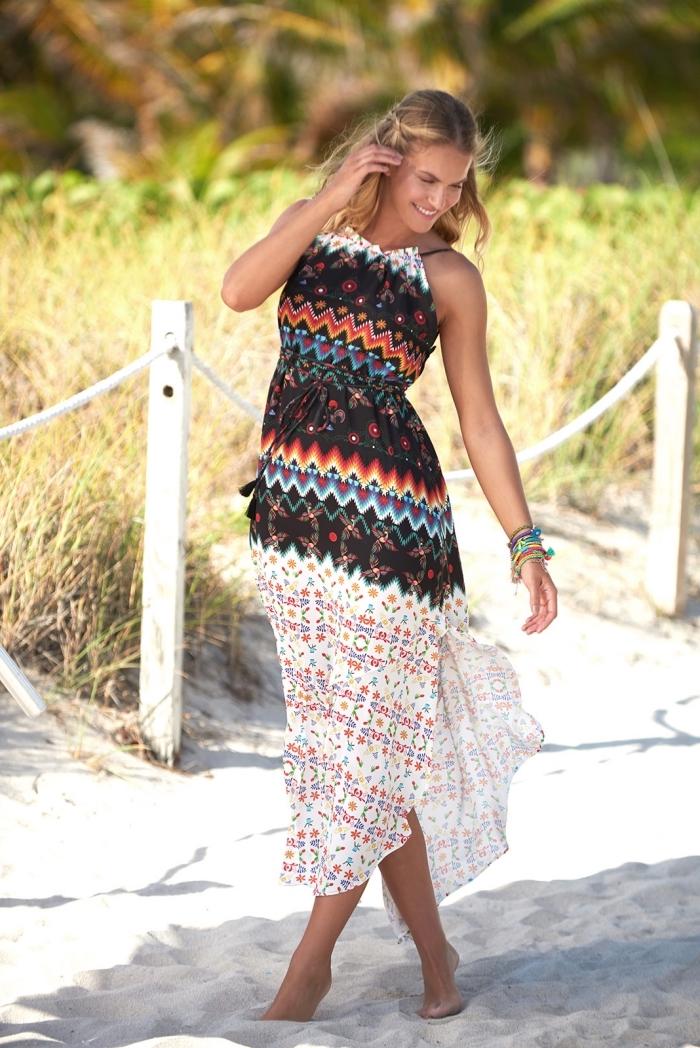 vetement de plage pour femme hippie avec robe longue blanche à haut multicolore aux motifs géométriques