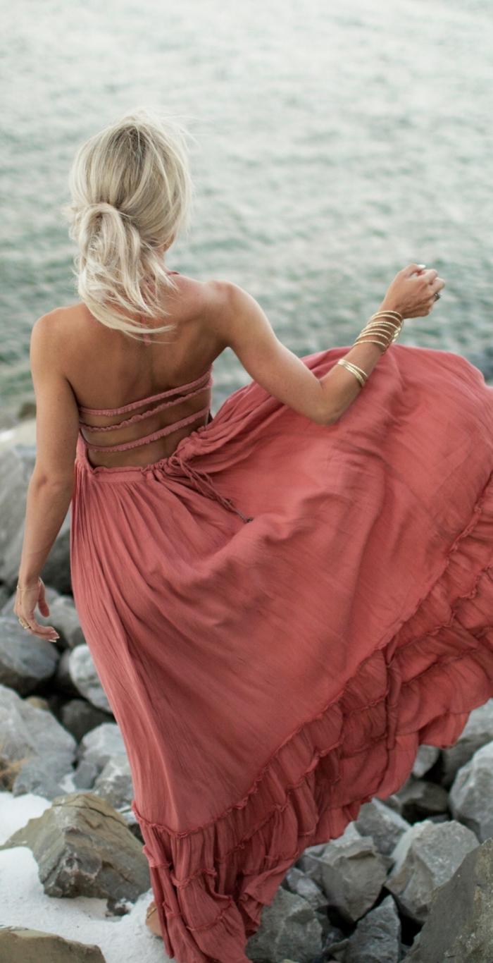 idée vetement été femme avec une robe longue en couches et lacets sur le dos de couleur naturelle combinée avec bracelets dorés