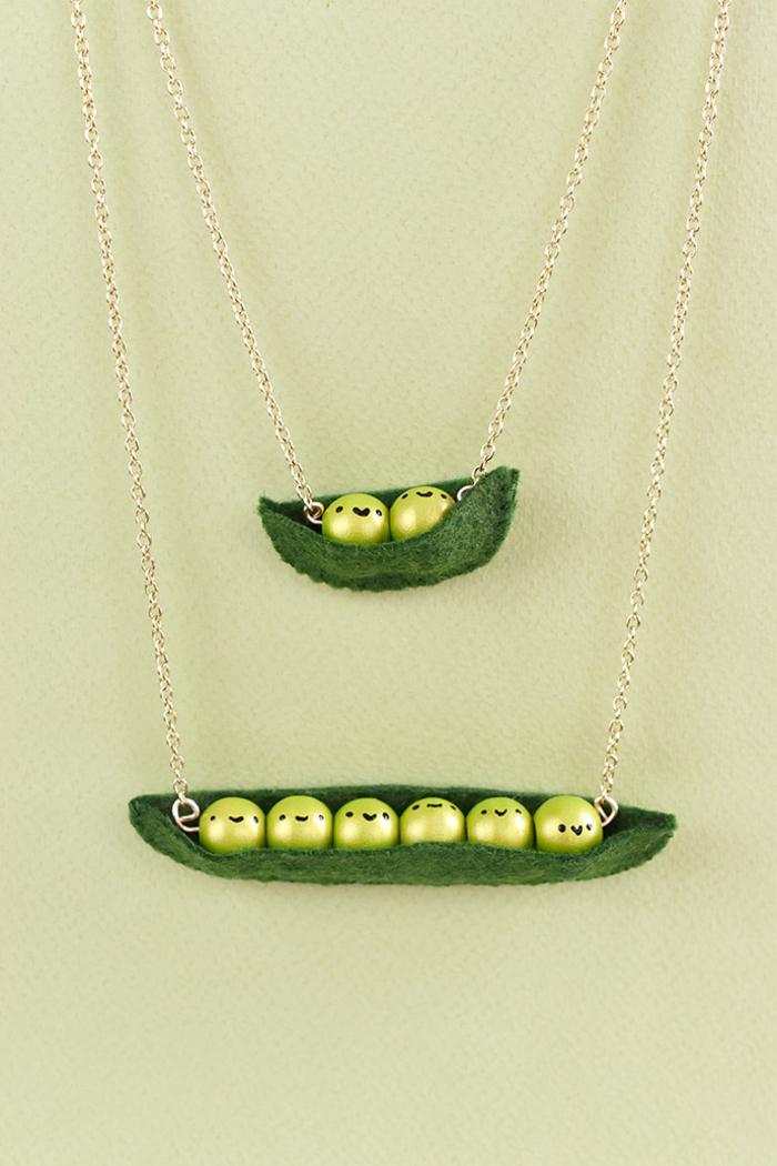 joli collier fantaisie petits pois à deux rangs réalisé avec des perles en bois peints en vert et un bout de feuitrine, idee cadeau fete des meres à fabriquer soi-même en peu de temps
