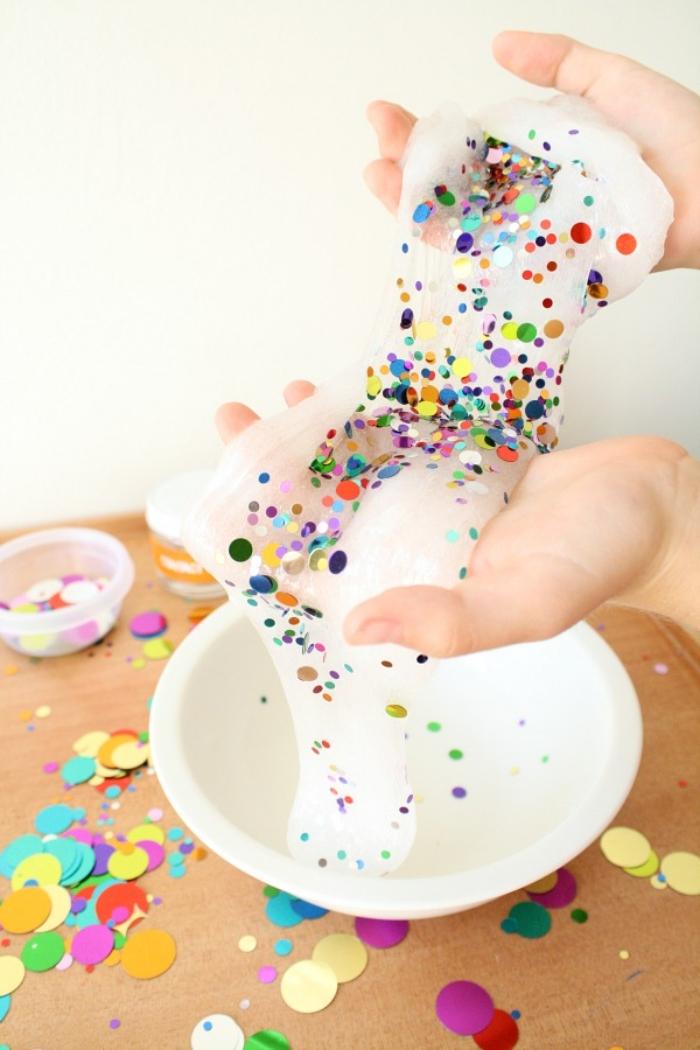 comment faire de slime à confettis ronds avec de la colle transparente, idée d'activité d'anniversaire ludique et créative