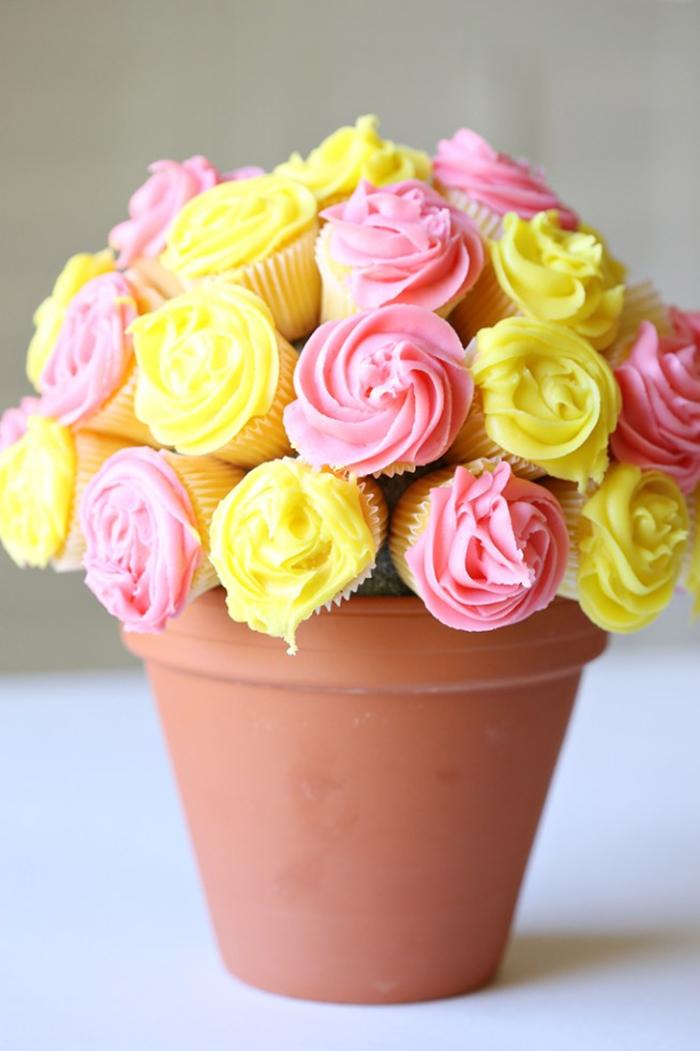 des cupcakes au glaçage rose et jaune dans un pot pour remplacer le bouquet traditionnel pour la fête des mères, idee cadeau fete des mères gourmand