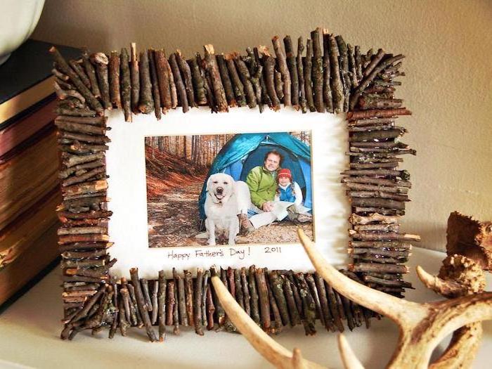 comment faire un cadre photo décoré de brindilles d arbre avec une photo de famille père et fils, cadeau fete des peres original